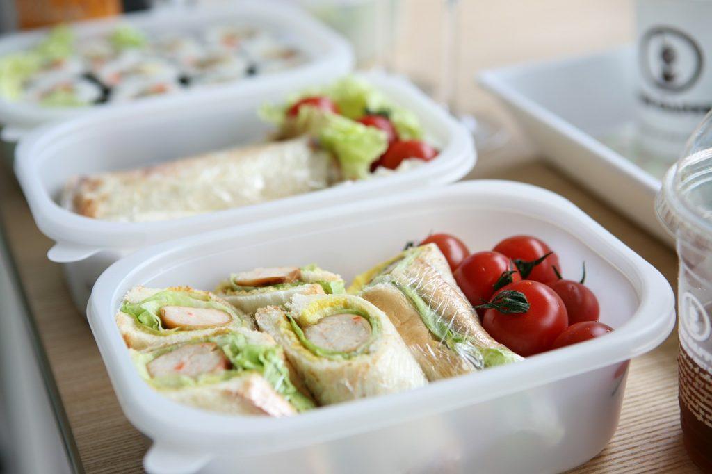 Bawa bekal makanan ke kantor atau sekolah bisa menghemat pengeluaran dan keinginan untuk jajan di luar