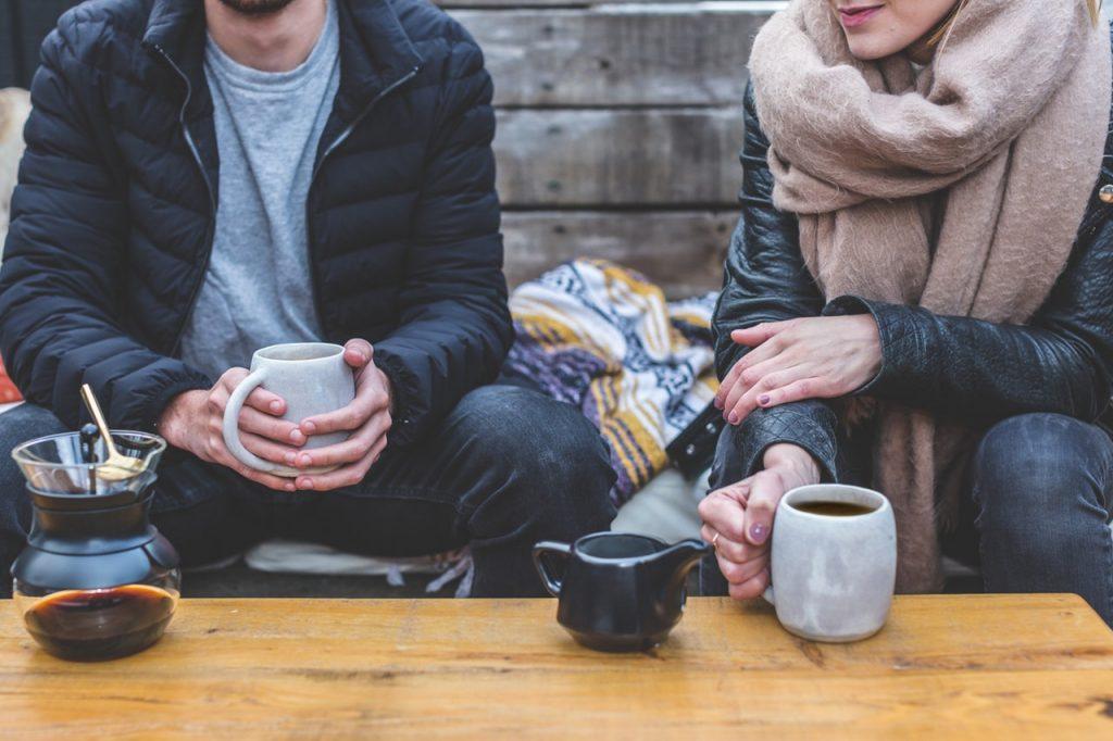 kurangi nongkrong di cafe adalah salah satu tips kaya di usia muda