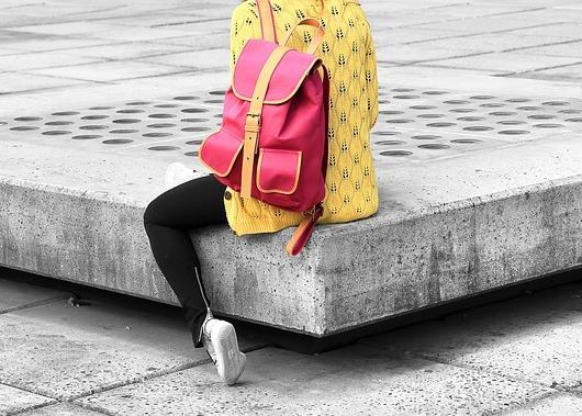 Shoulder bag punya kapasitas besar untuk menunjang outfit buka puasa