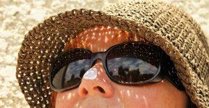 Lindungi wajah ketika beraktivitas di luar ruangan dengan sunscreen