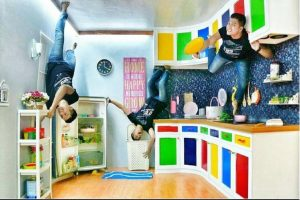 Foto anti mainstream dan instagramable di ruangan terbalik Upside Down World Bandung