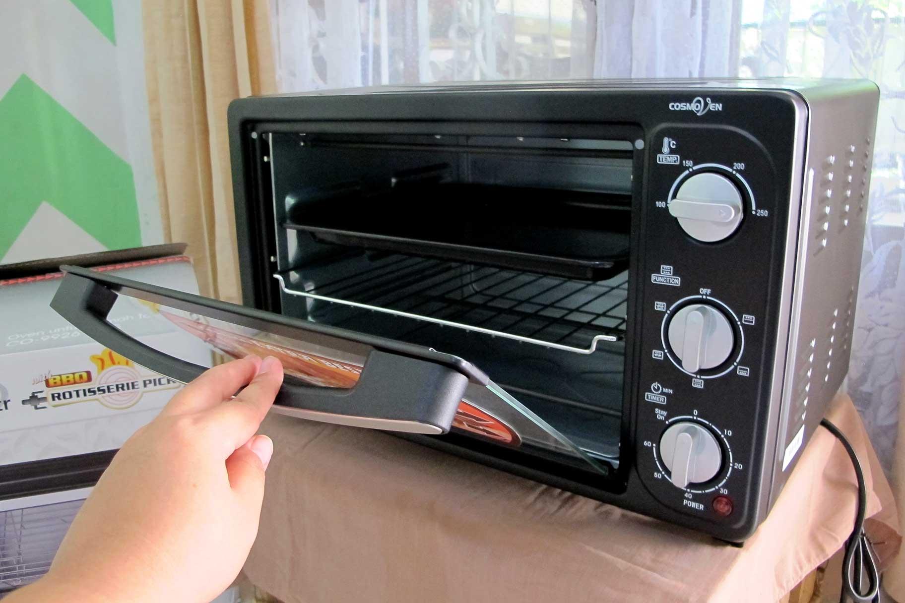 Oven Cosmos CO-9926 RCG dilengkapi dengan pengatur suhu dan waktu
