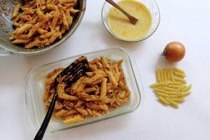 Pasta Penne Ziti Bolognese dimasukkan ke dalam pinggan kaca tahan panas