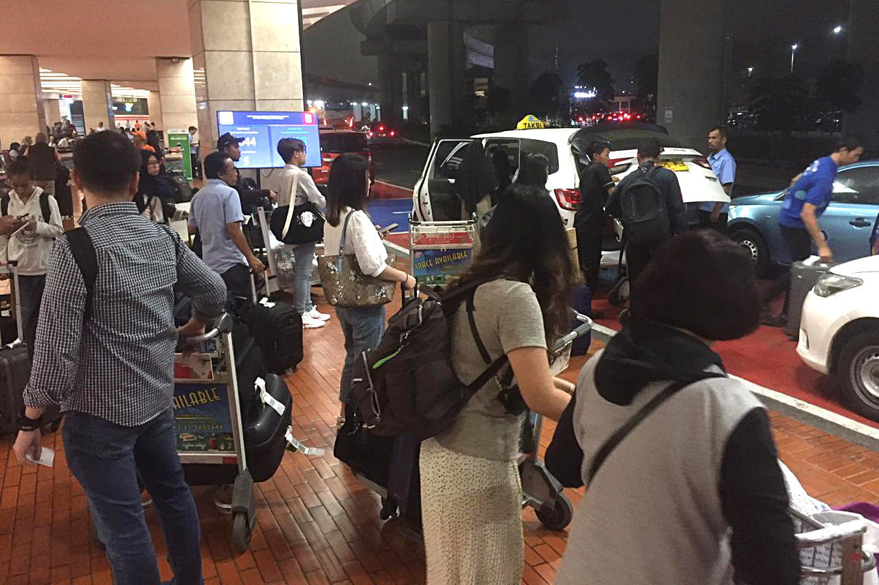 antrian di area penjemputan bandara Soekarno-Hatta